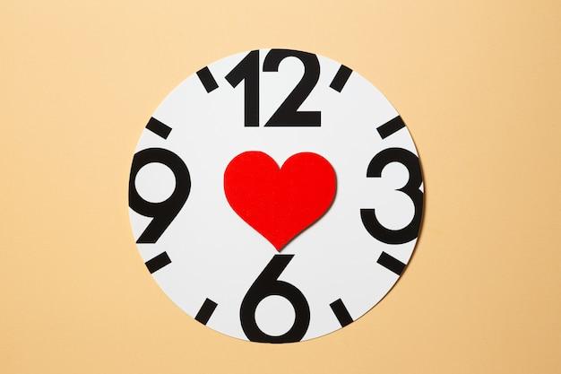 時計の文字盤に赤いハート