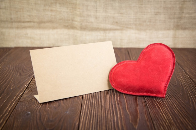 Красное сердце на деревянном столе
