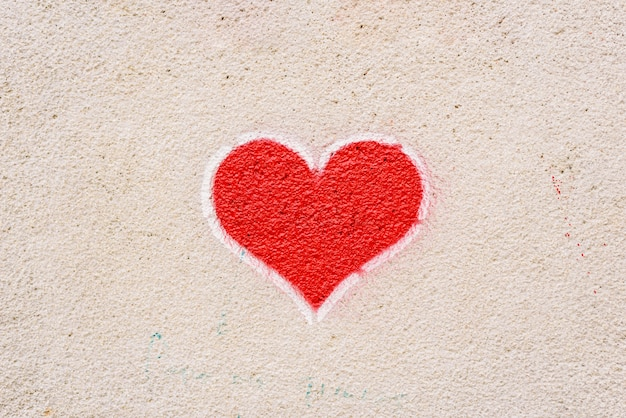 Красное сердце нарисовано на стене, сообщение любви.