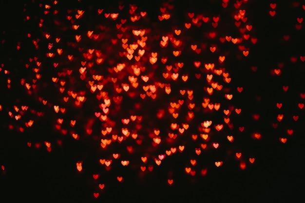 붉은 심장 모양의 흐릿한 bokeh 배경.