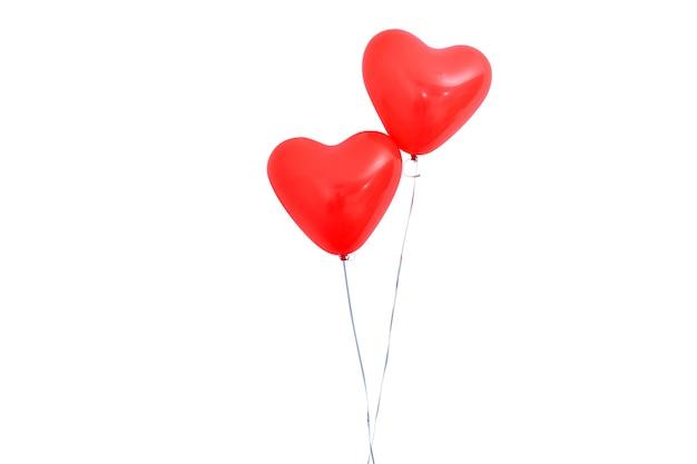 ロープ、バレンタインデー、母の日、誕生日パーティーのデザインコンセプトで白い背景に分離された赤いハート型のヘリウム風船。クリッピングパス。