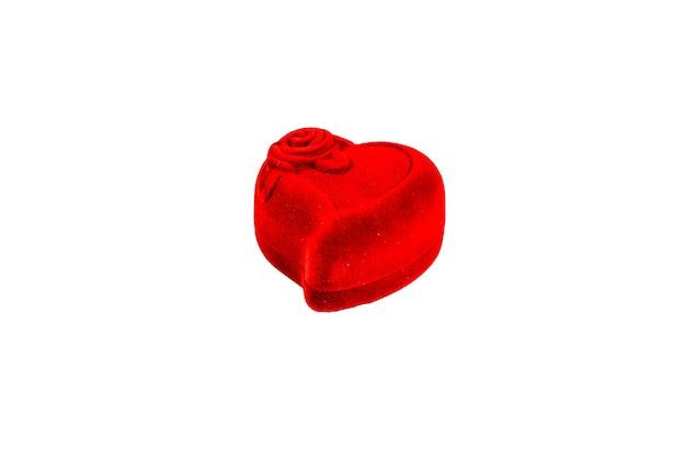 흰색 배경에 고립 된 빨간 하트 모양의 보석 상자