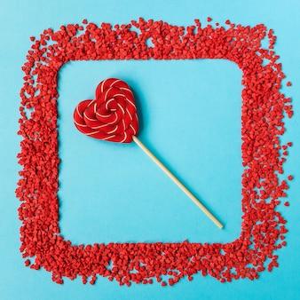 Красный леденец в форме сердца