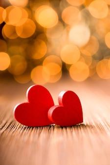 Красный в форме сердца на деревянном.