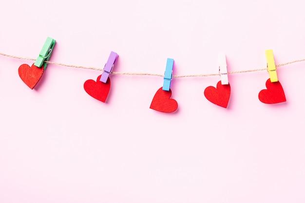 빨간 하트 모양의 발렌타인 장식 나무 클립에 매달려