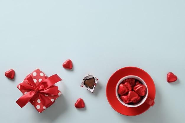 레드 하트 과자, 선물 및 파랑에 컵