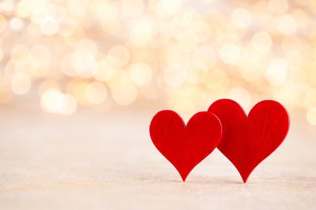 赤いハート、バレンタインデーのグリーティングカード。ボケ味の背景。