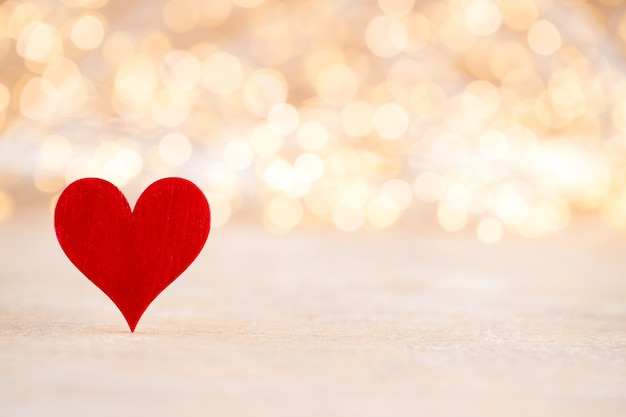 Красное сердце, валентинка. фон боке.