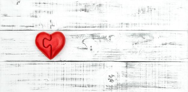 赤いハート。バレンタインデーと愛のコンセプト。コピースペースと木製の背景