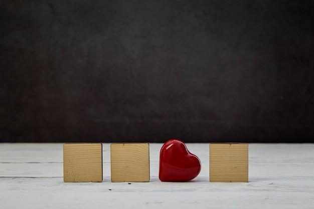 흰색 나무 테이블에 빈 나무 블록 레드 심장