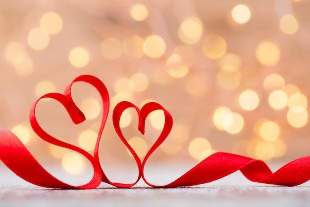 Красное сердце с лентой. день святого валентина пространство.