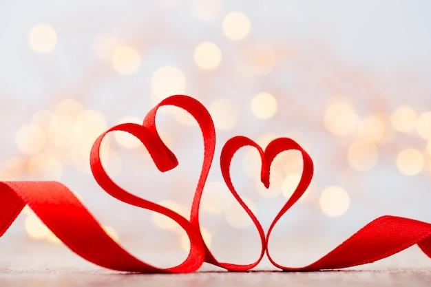 リボンと赤いハート。バレンタイン・デー。