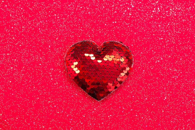 빨간색 직물에 장식 조각으로 붉은 마음.