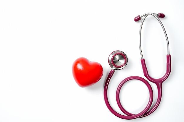 白い背景に聴診器と赤いハートセレクティブフォーカス健康と医療の概念