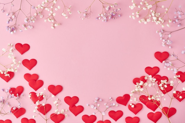 Красные сердца и цветы фон, романтическая концепция, вид сверху. концепция поздравительной открытки дня святого валентина.
