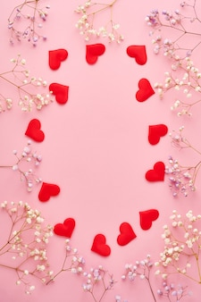 빨간 하트와 꽃 배경, 낭만적 인 개념, 평면도. 발렌타인 데이 인사말 카드 개념입니다.