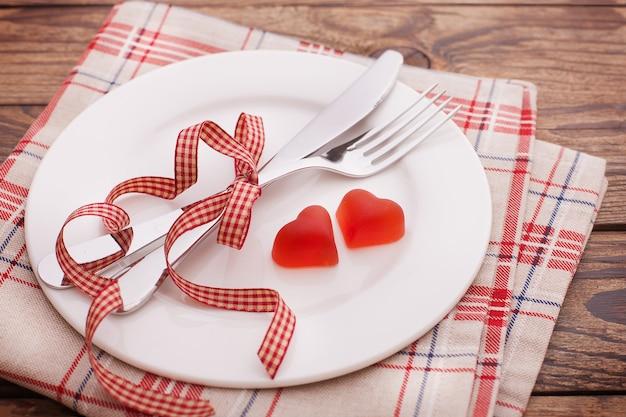 빨간 하트와 나무 테이블에 접시