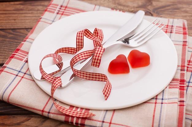 빨간 하트와 접시
