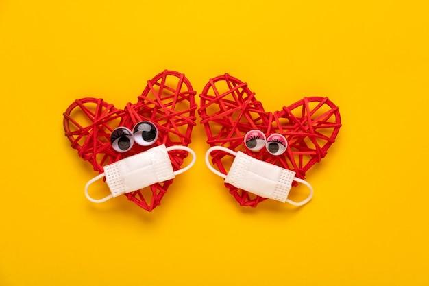 Влюбленная пара красных сердец с защитной маской valentine… valentine's day concept.