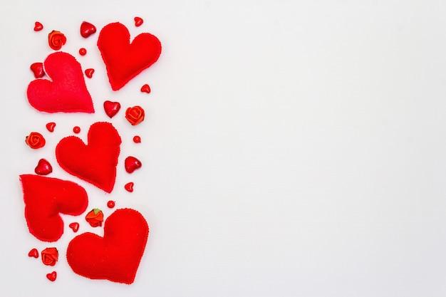 붉은 마음 흰색 배경에 고립. 발렌타인 데이 또는 결혼식 낭만적 인 개념, 평면도, 복사 공간, 평면 누워
