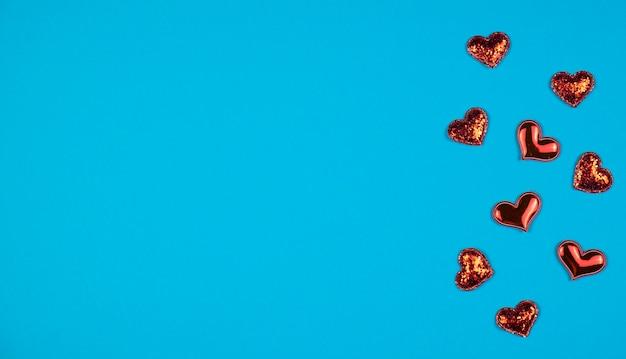青い背景に赤いハート。テキスト用のスペース