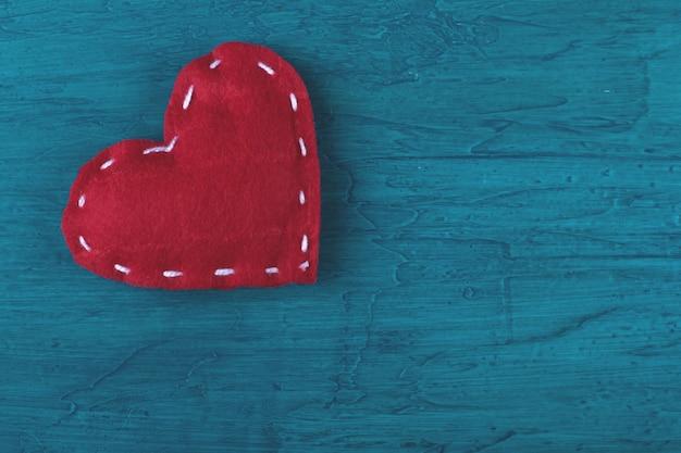 Красные сердца на синем фоне.
