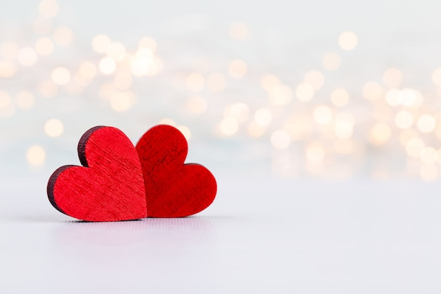 灰色の背景に赤いハート。バレンタインdazグリーティングカード。
