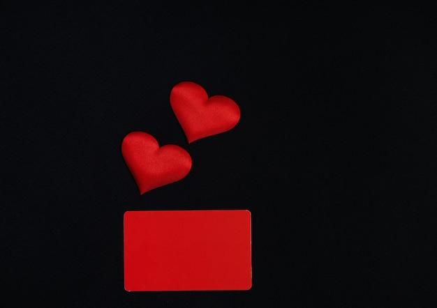 Красные сердца, красный горизонтальный прямоугольник на черном фоне. концепция дня святого валентина. граница, копия пространства, вид сверху, праздник, праздник