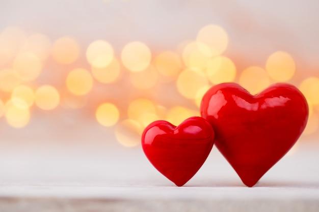 Красные сердца на фоне боке. валентина день фон.