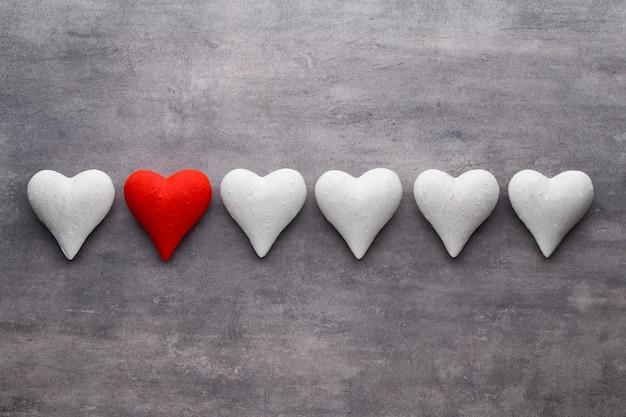 Красные сердца на сером фоне. валентина день фон.