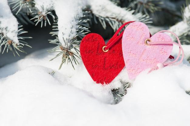 Игрушка красные сердечки в снегопаде на елке