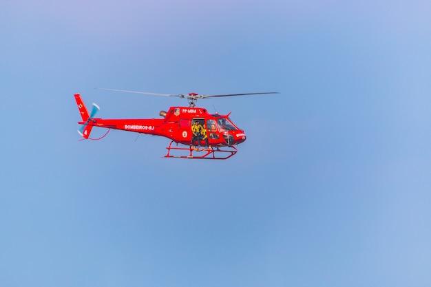 ブラジル、リオデジャネイロの消防隊の赤いヘリコプター