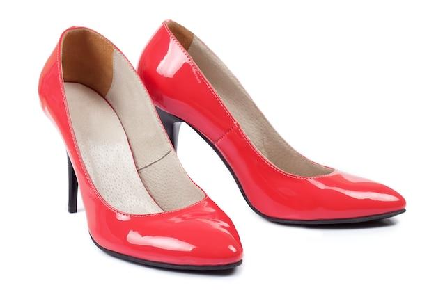 Красные туфли на высоких каблуках женские, изолированные на белом фоне