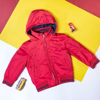 Красная куртка с капюшоном изолировала вид сверху