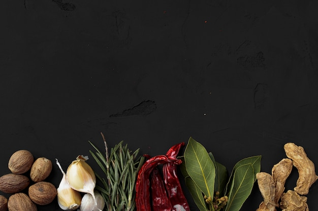 Красный острый перец чили и другие специи на черном, вид сверху