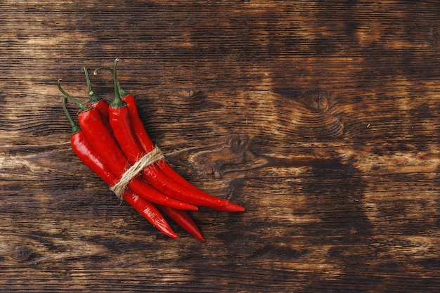 暗い木製のテーブルに赤唐辛子
