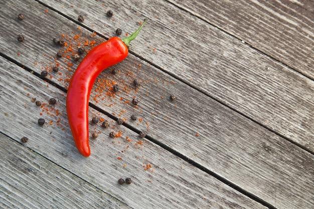 Красный острый перец чили на деревянных фоне