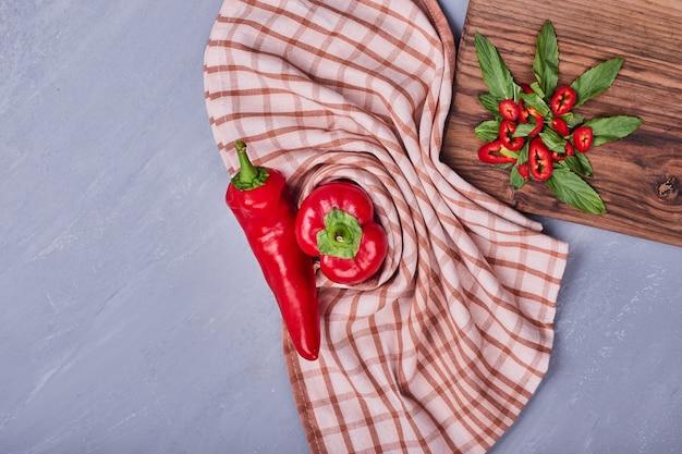 Красный острый перец чили на деревянной доске.