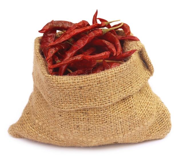 Красный острый перец чили с мешком на белом фоне