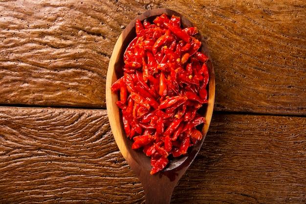Красный острый перец чили на деревянных фоне, латинский термин capsicum frutescens, malagueta.