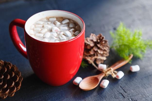크리스마스에 레드 핫 코코아 컵과 선물 상자