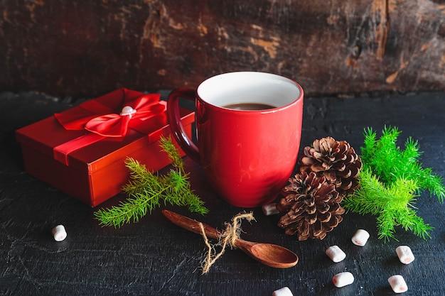 Красная чашка горячего какао и подарочная коробка на рождество