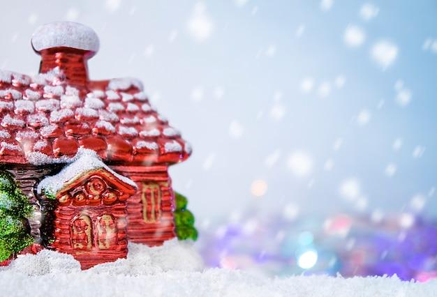 冬の日に雪の中に立っている赤い家