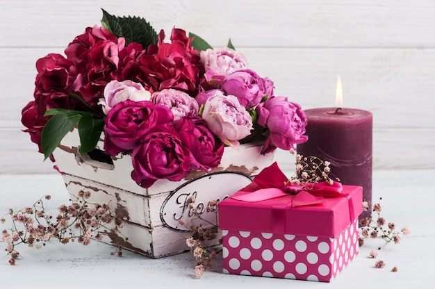 Красные цветы гортензии и розовые розы