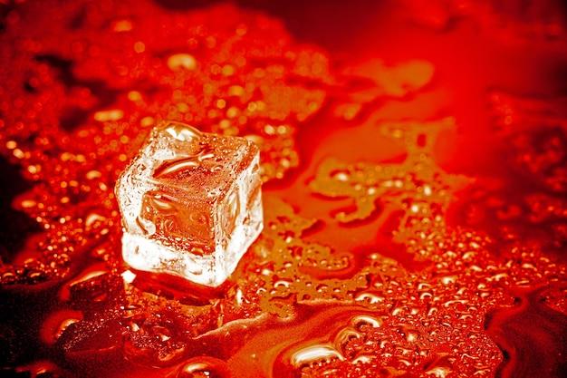黒いテーブルの背景に赤い角氷の反射。