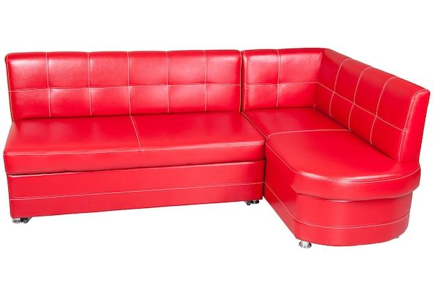 白い背景で隔離されたダイニングルーム用の赤い模造革コーナーソファには、クリッピングパスが含まれています。