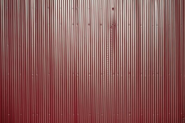 빨간 철 울타리입니다. 영토의 울타리. 밝은 배경
