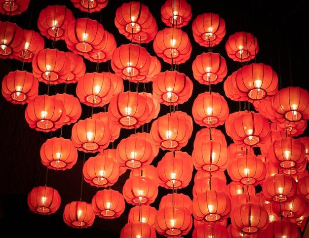 Красные японские или китайские фонарики в темноте