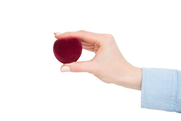 Красная шкатулка в женской руке