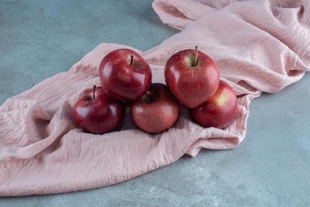 빨간 육즙 사과에 고립입니다.